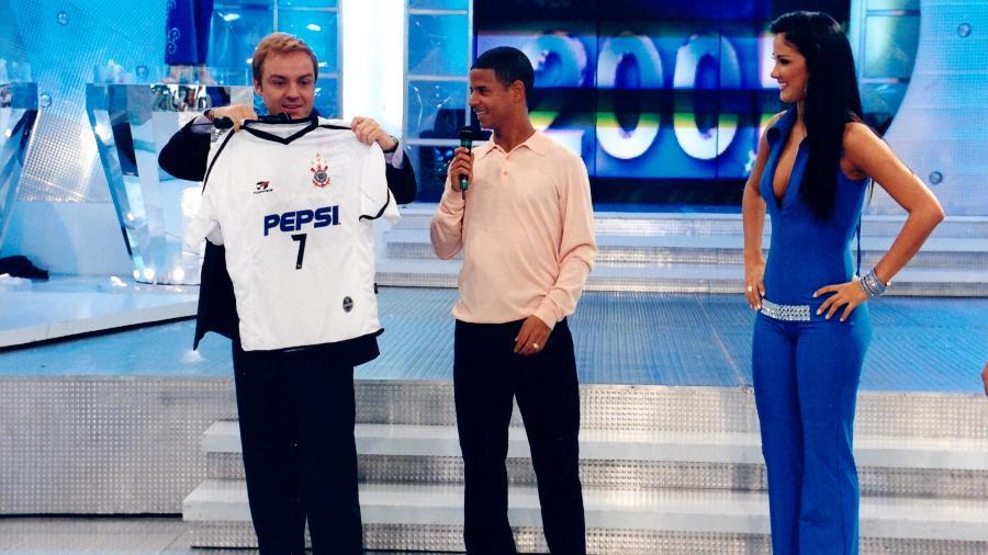Gugu Liberato recebeu Marcelinho Carioca no Domingo Legal, em 2001: programa fez final da Copa do Brasil acontecer nos domingos pela última vez - Moacyr dos Santos/SBT