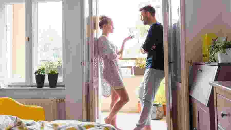 Casal discutindo a relação: como dar um fim à DR - izusek/Getty Images