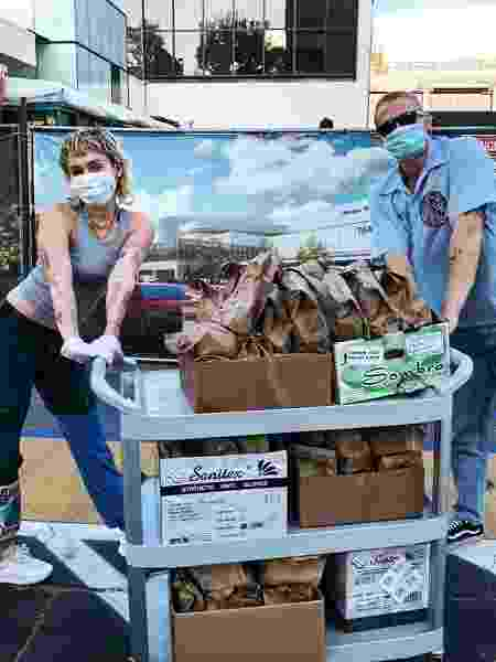 Miley Cyrus e o namorado Cody Simpson distribuem comida para profissionais de saúde - REPRODUÇÃO/INSTAGRAM