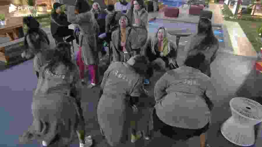 """Peoas fazem trenzinho e  dança em """"A Fazenda 2020"""" - Reprodução/RecordTV"""