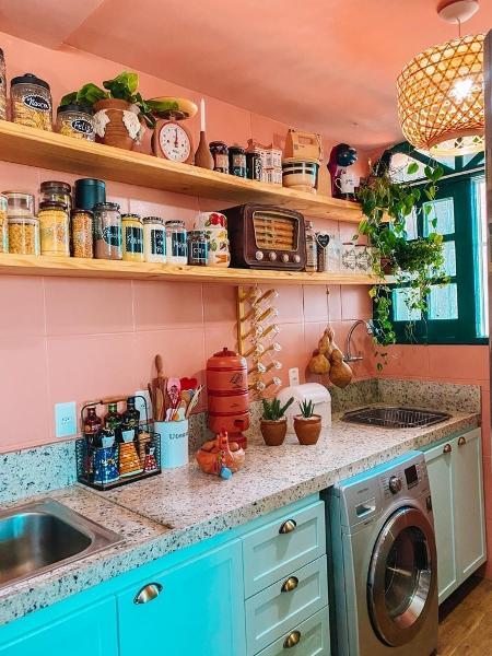 Prateleiras de pinus na cozinha de Roberta Ximenes, do @apto_1304 - Arquivo pessoal