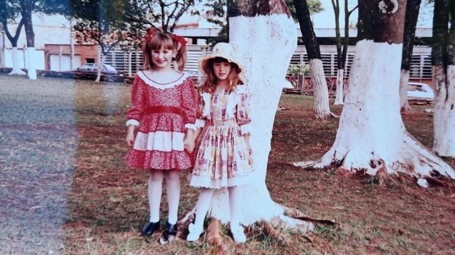 Giovana (à esquerda) e Isabela com o vestido - Arquivo Pessoal