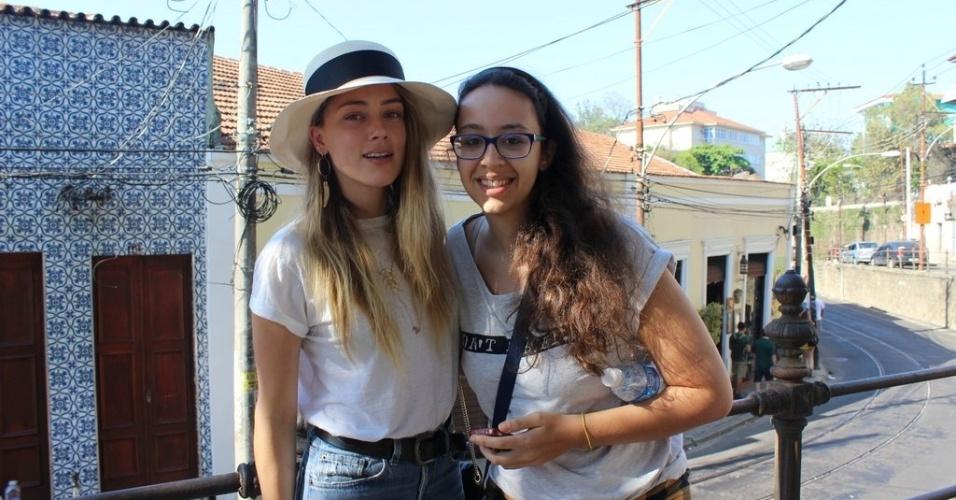 22.set.2015 - Noiva do ator Johnny Depp, Amber Heard foi simpática com os fãs que a encontraram andando nas ruas de Santa Teresa. A atriz não se importou em fazer várias fotos apesar da tarde quente no Rio