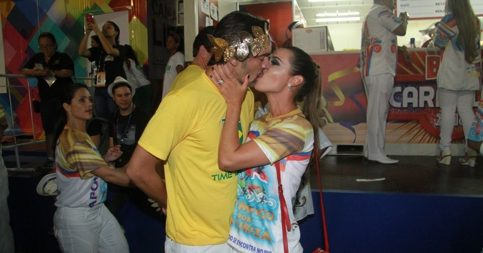 7.fev.2015 - Giba troca beijos com a namorada Malu Daudt ao chegar na Marquês de Sapucaí