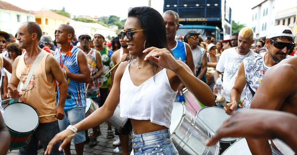 7.fev.2016 - Foliã dança ao som da bateria do Bloco das Piranhas no centro histórico de São João Del Rei (MG)