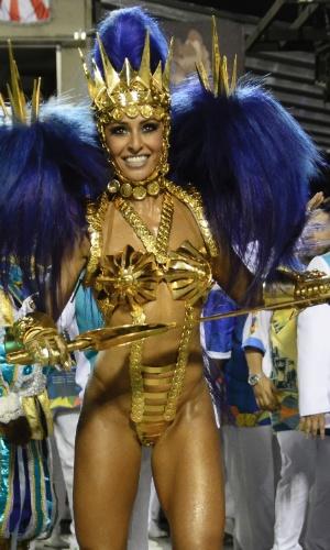 8.fev.2016 - Sabrina Sato, rainha de bateria da Vila Isabel, samba e dança na passarela em desfile da noite desta segunda-feira