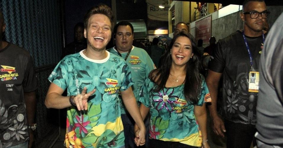 9.fev.2016 - Michel Teló chega com Tais Fersoza no camarote da Sapucaí, na segunda noite de desfiles