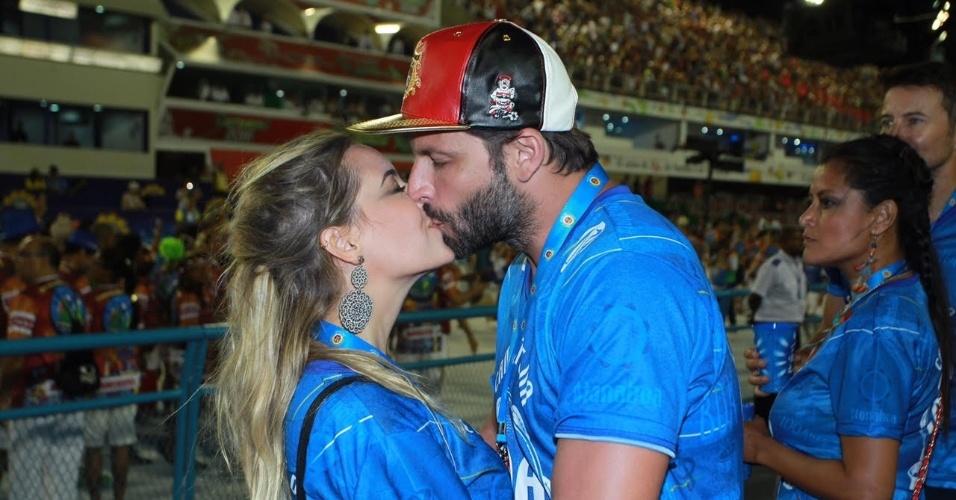 13.fev.2016 - Apaixonados, Henri Castelli e a namorada, Maria Fernanda Saad, se beijam em camarote na Sapucaí