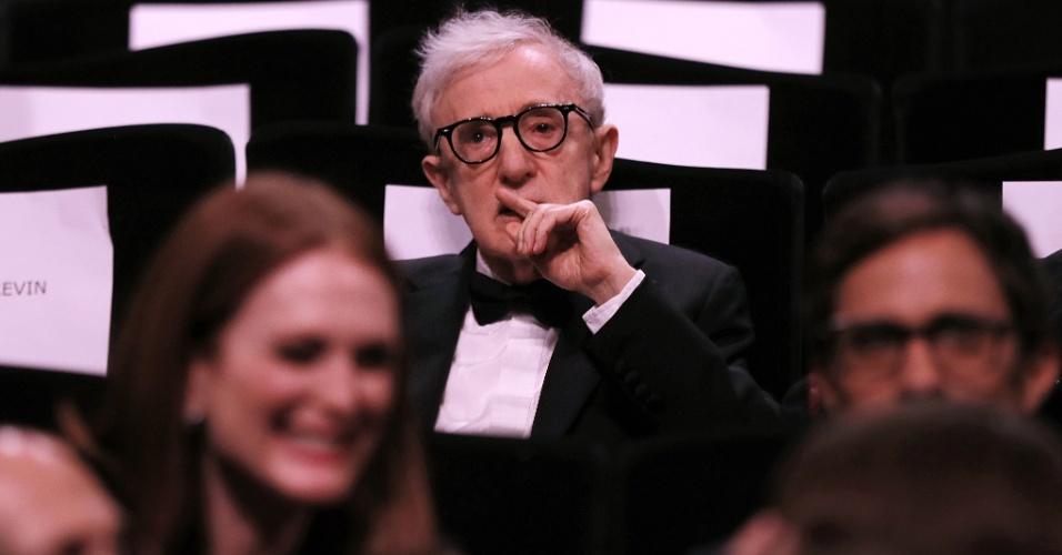11.mai.2016 - O diretor Woody Allen pensativo após ser alvo de piada sobre estupro durante a cerimônia de abertura da 69ª edição do Festival de Cannes, que exibiu seu mais recente filme,