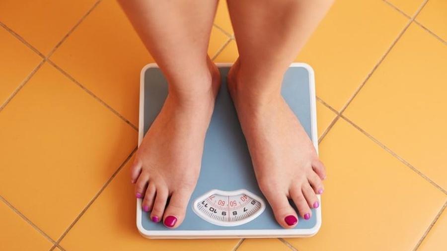 Uma vida saudável nem sempre está diretamente relacionada com o ponteiro da balança - Getty Images
