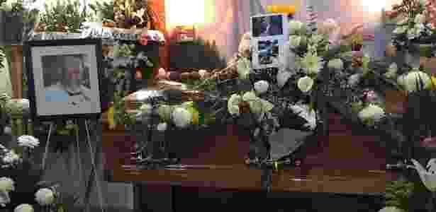 """18.jun.2016 - Caixão do ator Rubén Aguirre, o Professor Girafales de """"Chaves"""", coberto por flores em Puerto Vallarta, no México - Reprodução / Twitter"""