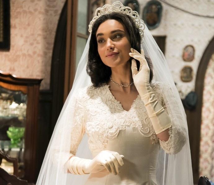 Filonema (Débora Nascimento) experimenta o vestido para se casar com Candinho (Sergio Guizé) em 'Êta Mundo Bom!'