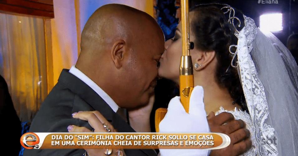 """23.out.2016 - O sertanejo Rick se emocionou ao ser surpreendido com o casamento da própria filha, Monica, durante o programa """"Eliana"""", do SBT"""