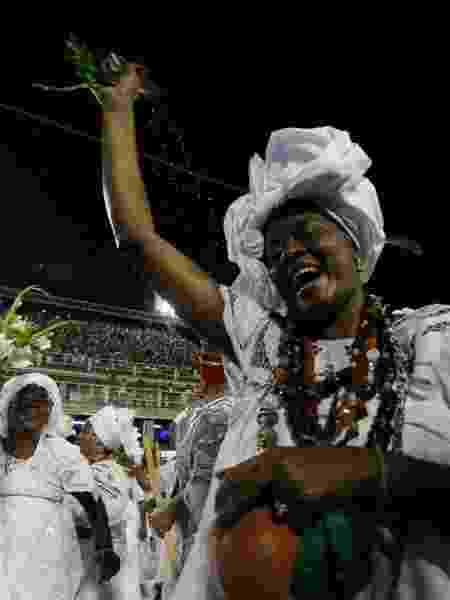 19.fev.2017 - Baianas de diversas escolas cariocas e representantes da umbanda, do candomblé e do catolicismo se unem na noite deste domingo (19) para fazer a lavagem da Marquês Sapucaí, preparando a avenida para o Carnaval - Luciano Belford/Frame Photo