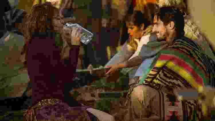 """Renato (Renato Góes) e Rimena (Maria Casadevall) participam de festa típica em """"Os Dias Eram Assim"""" - Mauricio Fidalgo/TV Globo - Mauricio Fidalgo/TV Globo"""