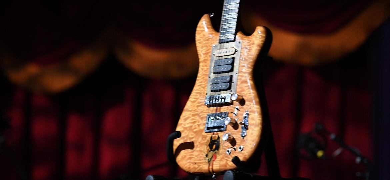 A lendária guitarra Wolf, de Jerry Garcia, ex-Grateful Dead, foi leiloada por mais de US$ 3 milhões - Angela Weiss/AFP Photo