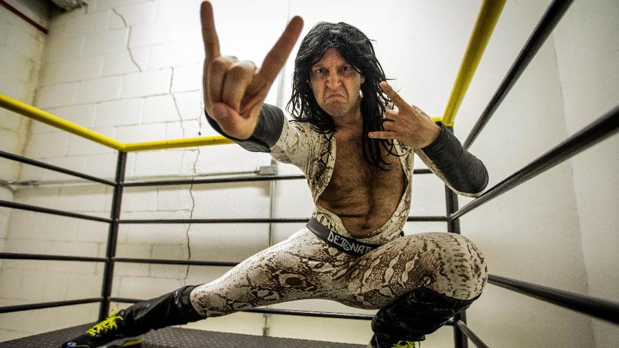 Comediante Bruno Sutter caracterizado de Detonator, vocalista da banda de heavy metal Massacration - Eduardo Anizelli/Folhapress