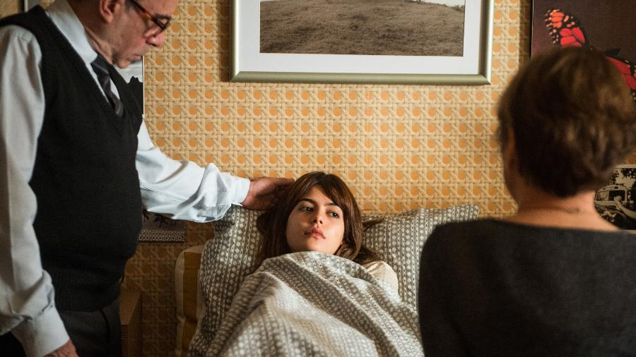 """Nanda (Julia Dalavia ) se sente mal, e Kiki (Natalia Du Vale) e Sandoval cuidam dela em """"Os Dias Eram Assim"""" - Raquel Cunha/TV Globo"""