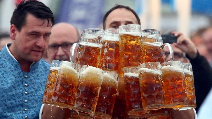 Alemão bate próprio recorde mundial de carregamento de canecas de cerveja - Michael Dalder/Reuters