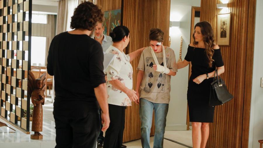 """Depois de ter sido agredido, Ivan (Carol Duarte) chega em casa em """"A Força do Querer"""" - Victor Pollak/TV Globo"""