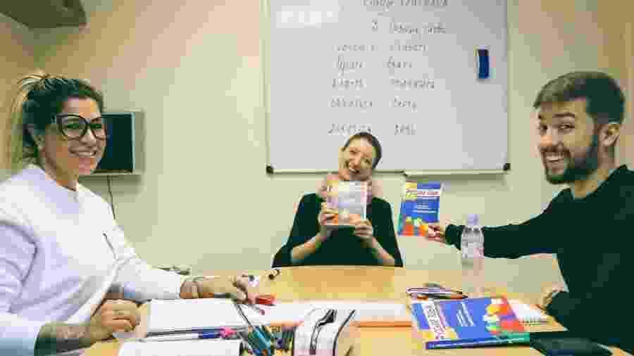 Dani Souza posa com a professora de russo e o colega Lucas Dayrel - Reprodução/Instagram/dani_souza_