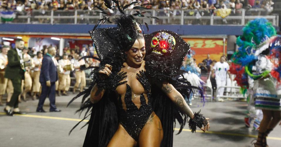 Dani Bolina, madrinha de bateria da Vila Maria, usou fantasia de viúva negra para desfilar