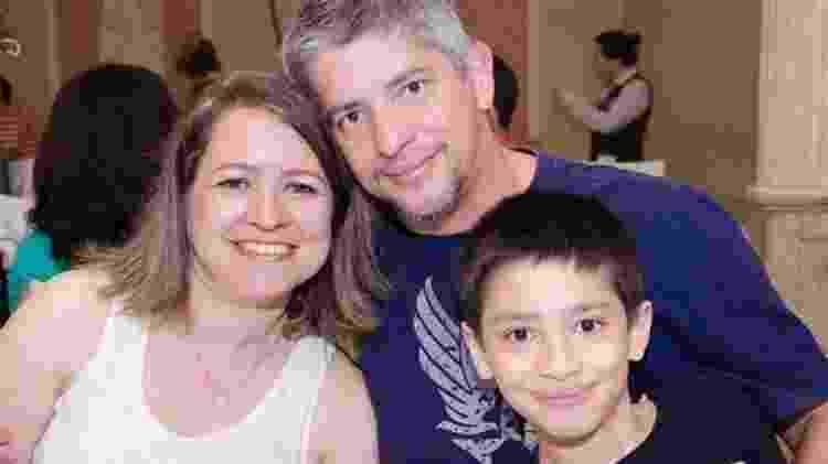 Paulo e a mulher aproveitam a vida escolar do filho Paulo Henrique, 11, para debater assuntos diversos e estimular a curiosidade dele - Arquivo pessoal/BBC Brasil - Arquivo pessoal/BBC Brasil