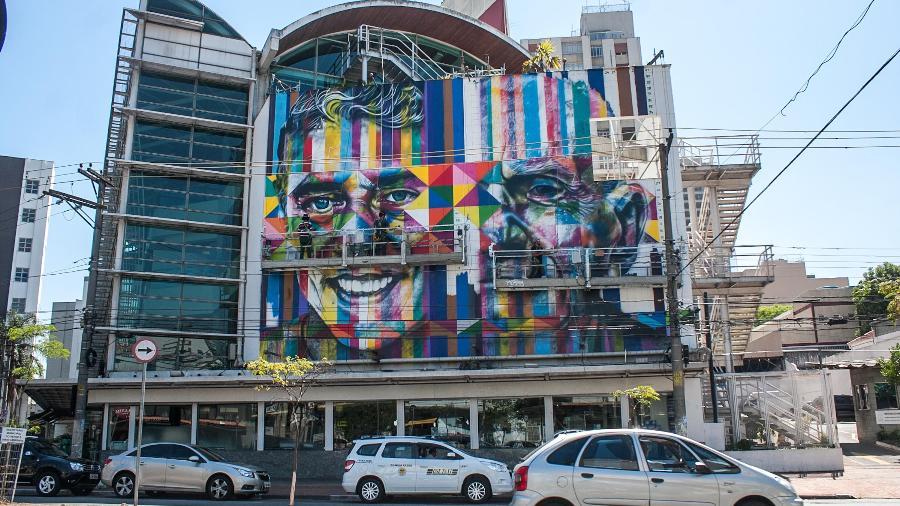 Livraria Fnac, no bairro de Pinheiros, em São Paulo, com grafite de Eduardo Cobra - Taba Benedicto/Brazil Photo Press/Folhapress