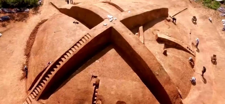 Na China, foi descoberta uma tumba cujo formato parece muito com o logo do videogame Xbox da Microsoft - Reprodução
