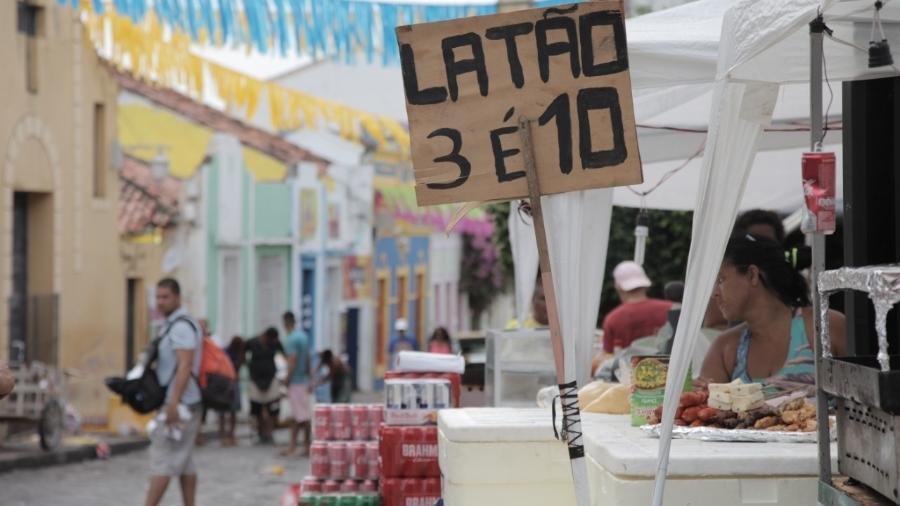 """Nas ruas de Olinda, a promoção """"3 é 10"""" não conhece inflação - Alcione Ferreira / UOL"""