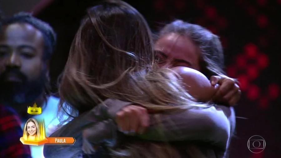 Paula abraça Carolina após vencer décima prova do líder - Reprodução/TvGlobo