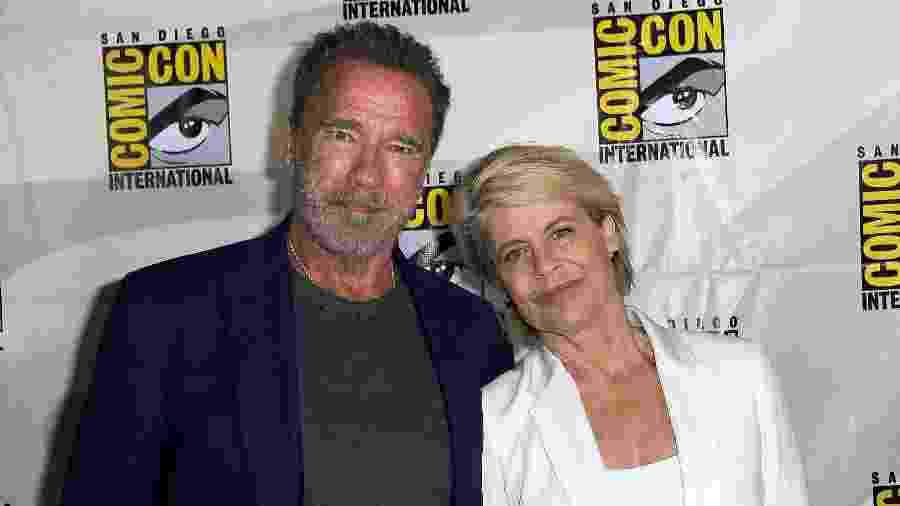 Arnold Schwarzenegger e Linda Hamilton posam juntos na San Diego Comic-Con após o painel de Exterminador do Futuro: Destino Sombrio  - Albert L. Ortega/Getty Images