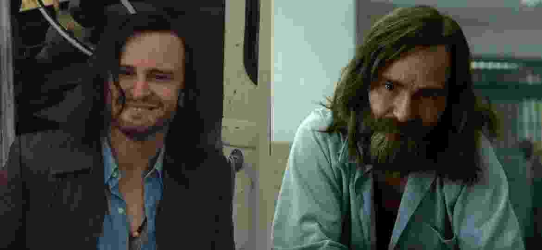 Damon Herriman como Charles Manson em Era Uma Vez em... Hollywood e em Mindhunter - Reprodução e Divulgação