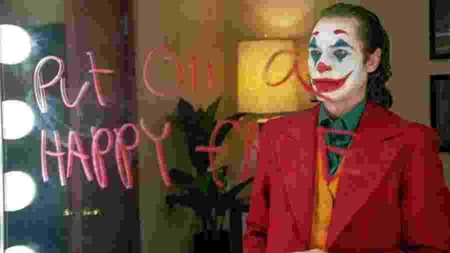 Joaquin Phoenix interpreta Arthur Fleck, comediante que vem a se tornar o Coringa - Warner Bros