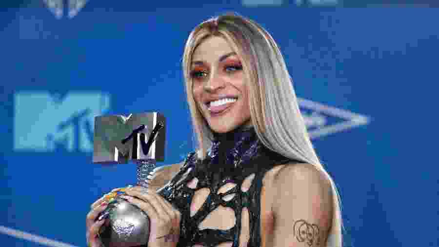 Pabllo Vittar posa com o prêmio que conquistou no EMA, da MTV - Jon Nazca/Reuters