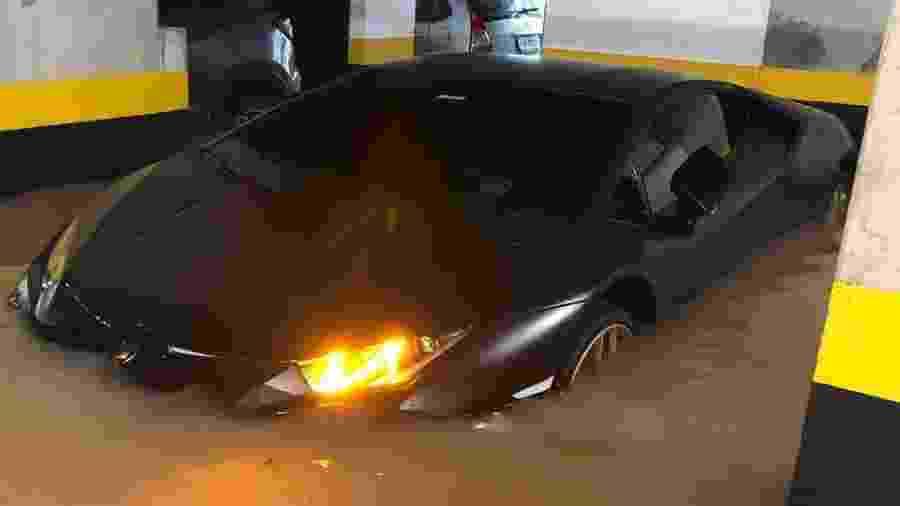 """Lamborghini Huracán debaixo d""""água em São Paulo - Reprodução"""