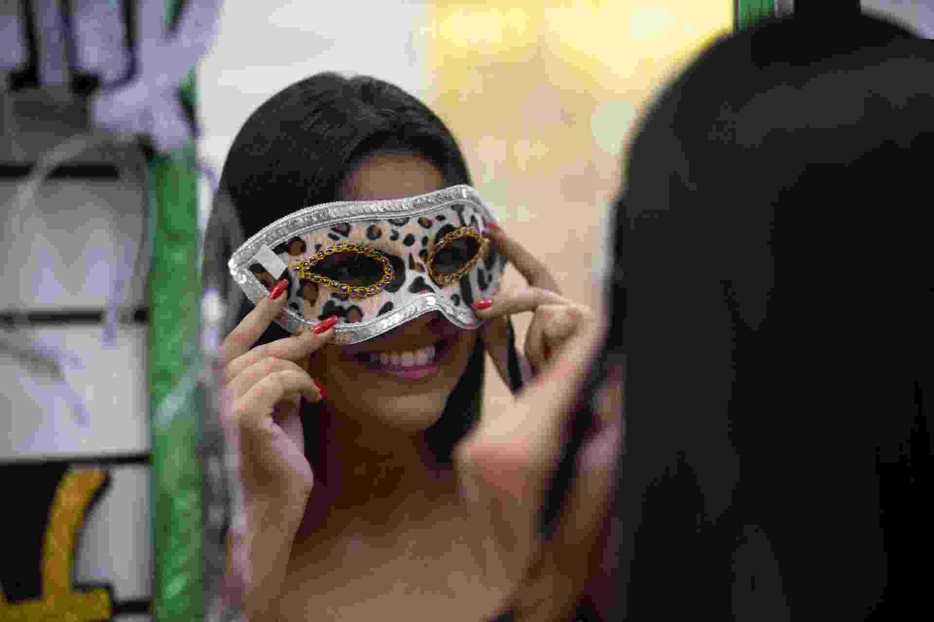******INTERNET OUT******* Rio de Janeiro, Rj, BRASIL. 05/01/2020; Fantasias e acessorios no Saara com estampas de animais é tendencia no carnaval deste ano apos a cantora Anitta usar esse tipo de vestimenta em seus shows. ( Foto: Ricardo Borges/UOL) ATENCAO: PROIBIDO PUBLICAR SEM AUTORIZACAO DO UOL - Ricardo Borges/UOL