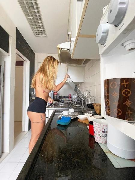 Robertha Portella posa de topless na cozinha - REPRODUÇÃO/INSTAGRAM