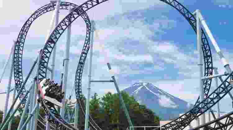 Montanha-russa Takabisha, ao lado do Monte Fuji, no Japão - Divulgação - Divulgação