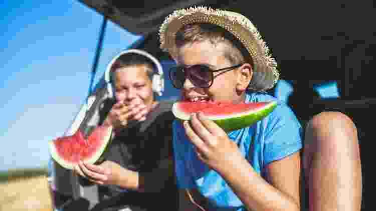Separe alguns lanches para a viagem, como frutas, por exemplo - Getty Images - Getty Images