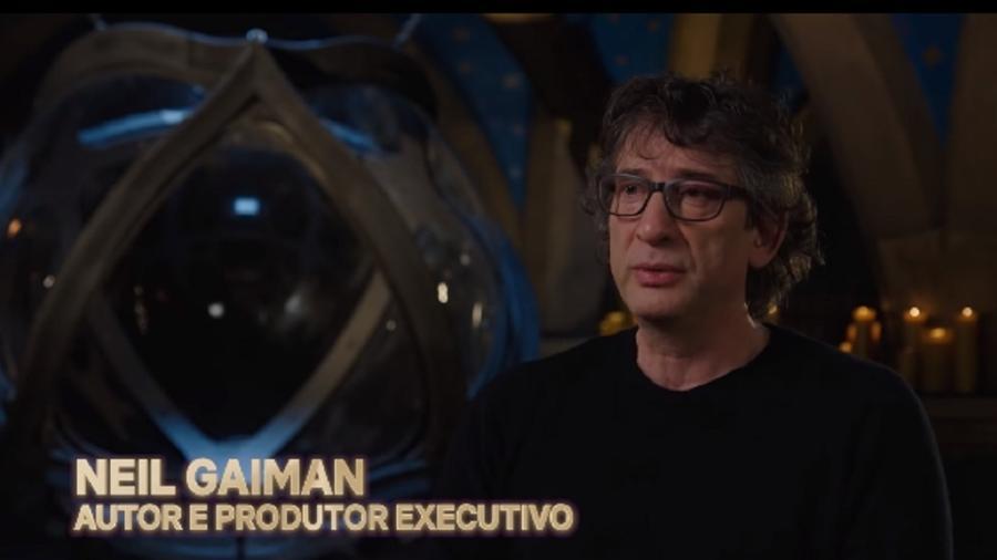 """Neil Gaiman nos bastidores de """"The Sandman"""" - Reprodução/Netflix"""