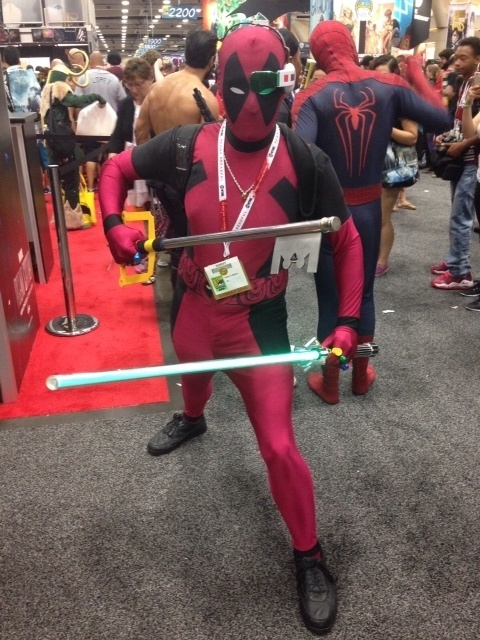 12.jul.2015 - Fã se veste como o personagem Deadpool, cujo filme teve trailer divulgado e comemorado, na San Diego Comic-Con
