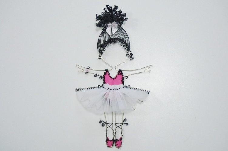 Enfeite aramado de bailarina, da Feito Laço e Abraço (www. www.elo7.com.br/feitolacoeabraco). A peça mede 26 cm por 25 cm. R$ 180. Preço pesquisado em agosto de 2015 e sujeito a alterações