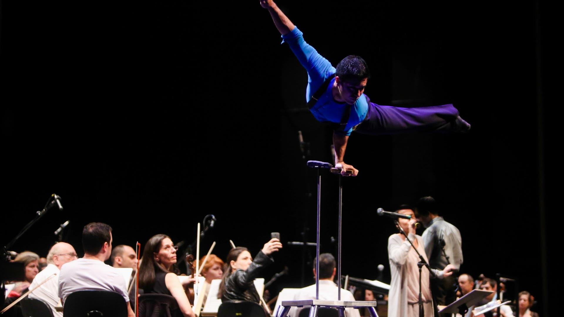 A orquestra foi regida pelo Maestro João Maurício Galindo
