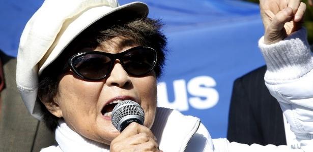 """Yoko Ono foi internada com """"fortes sintomas de gripe"""", diz seu agente"""