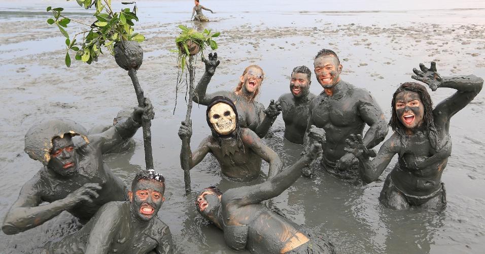 6.fev.2016 - Foliões se inspiram em temática selvagem para brincar no Bloco da Lama, em Paraty(RJ)