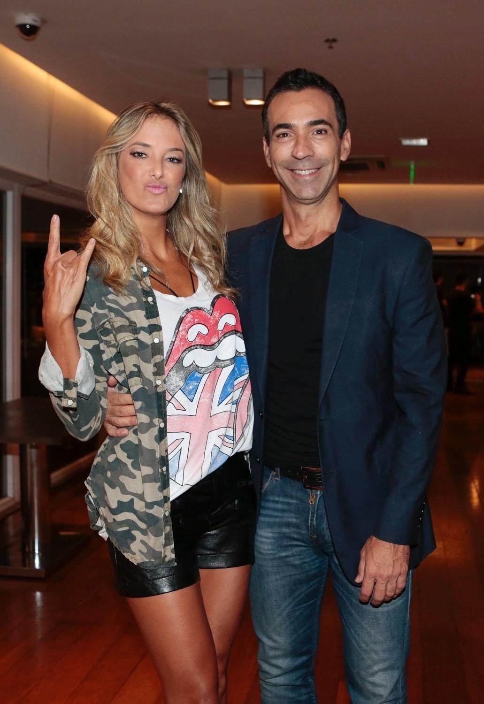 24.fev.2016 - Ticiane Pinheiro e César Tralli chegam juntos a camarote em hotel para assistir ao show dos Rolling Stones, em São Paulo