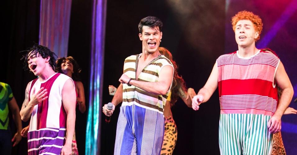 """8.mar.2016 - Yudi Tamashiro, Ruy Brissac e Elcio Bonazzi (respectivamente Bento, Dinho e Samuel Reoli) durante encenação de """"O Musical Mamonas"""""""