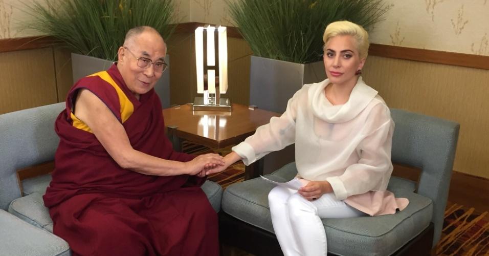 26.jun.2016 - Lady Gaga encontra o Dalai Lama e mostra foto do momento. Os dois participaram de um bate-papo sobre como tornar o mundo um lugar mais gentil