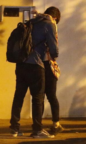 7.jul.2016 - Marcelo Adnet é flagrado trocando carinhos com mulher no Rio de Janeiro